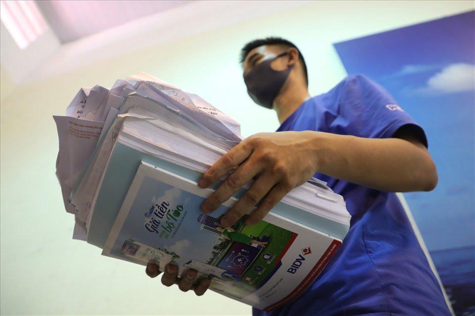 Hà Nội: Lượm hàng tấn giấy vụn, quần áo cũ để làm đồ tái chế