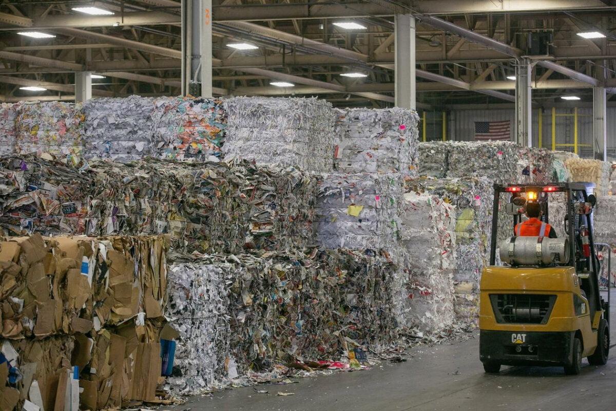 Giấy vụn, giấy tạp được đóng thành từng kiện chất cao nhiều tầng tại trung tâm tái chế Texas Recycling ở thành phố Houston, bang Texas