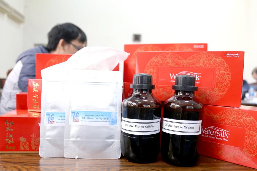 Bộ sản phẩm của đề tài: enzyme trợ nghiền và giấy tissue thành phẩm. Ảnh: congnghiepsinhhocvietnam.com.vn.